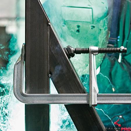 dettaglio piastra di pressione con scanalature Bessey per morsetti di serraggio