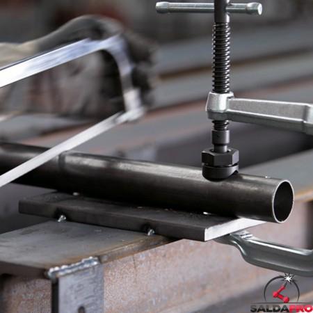 dettaglio piastra di pressione con scanalature V Bessey per morsetti di serraggio