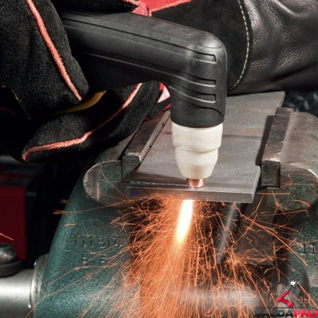 dettaglio taglio al plasma con Tomahawk 1538 Lincoln Electric
